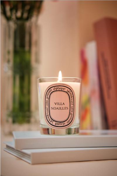 **DIPTYQUE X VILLA NOAILLES**  Création des bougies Lilas et Romarin  en hommage à Charles et Marie-Laure de Noailles   **Disponibles à partir du 25 juin ** à l'occasion des festivals Design Parade en exclusivité dans les boutiques de la villa Noailles à Hyères et Toulon, sur l'e-shop ainsi que dans une sélection de boutiques Diptyque. - © Villa Noailles Hyères