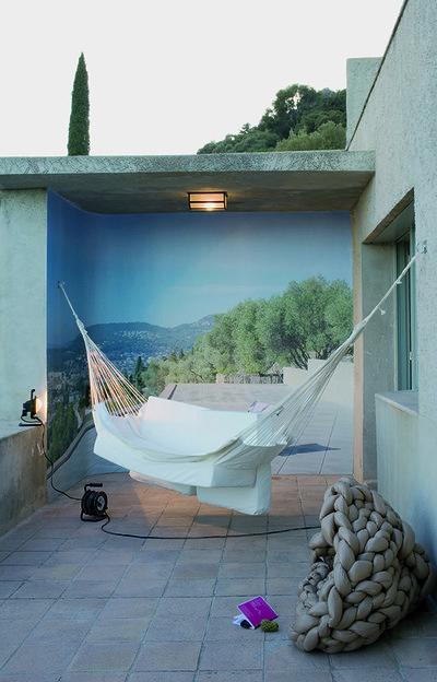 Clos Saint-Bernard dit villa Noailles. Chambre de résidence, design BLESS.  Photographie : Olivier Amsellem - © Villa Noailles Hyères