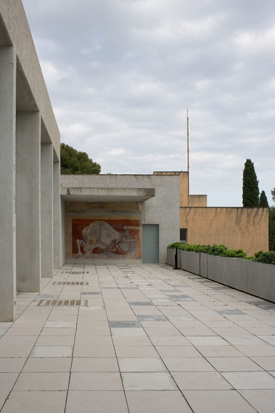 Clos Saint-Bernard dit villa Noailles. La terrasse de la piscine, fresque d'Oscar Dominguez.  Photographie : Olivier Amsellem - © Villa Noailles Hyères